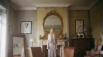 Sophie Turner passe derrière l'objectif de Cole Sprouse pour un (sublime) shooting