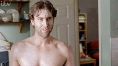 Neville Londubat (Harry Potter) fait une apparition sexy dans sa nouvelle série… et Twitter s'enflamme