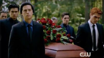 Riverdale saison 4 : les premières images de l'enterrement de Fred vont vous bouleverser