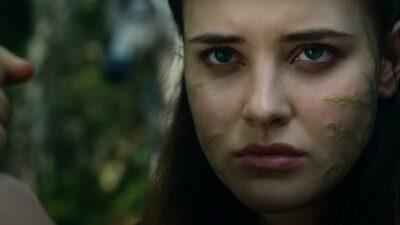 Cursed : Katherine Langford découvre Excalibur dans la bande-annonce de la série Netflix