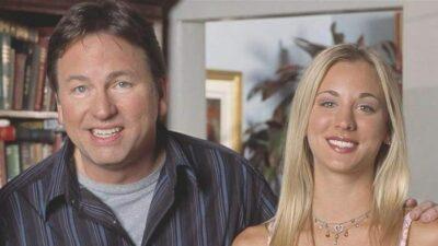 Touche pas à mes filles : Kaley Cuoco rend hommage à John Ritter, son père dans la série