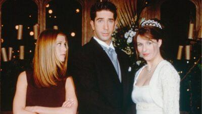 Friends : la vraie bourde de David Schwimmer qui a inspiré la scène où Ross appelle Emily «Rachel»