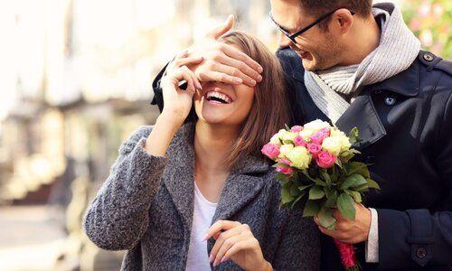 Tu l'invites au resto / tu lui offres des fleurs