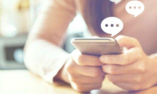 Tu lui envoies un sms